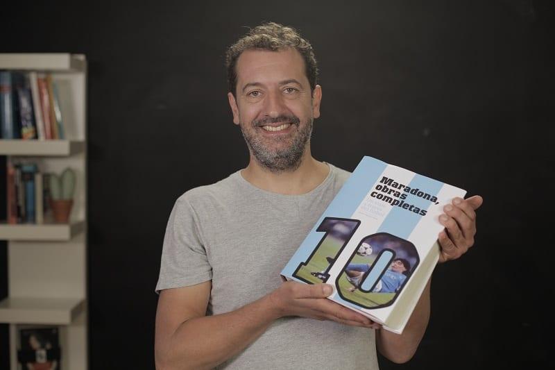 """Un periodista vasco, que trabajó en El Territorio, recopiló cada partido y gol de Maradona en un libro y armó una """"vaquita"""" para lanzarlo"""