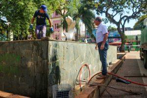 Realizaron tareas de mantenimiento y limpieza en la fuente de la plaza 9 de Julio