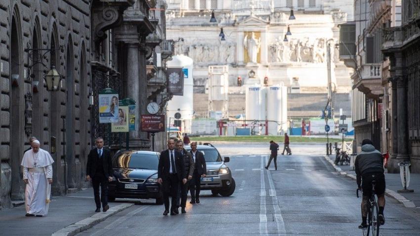 El Papa caminó por Roma y rezó por el fin de la pandemia de coronavirus