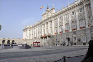 El Palacio Real, uno de los varios palacios de Madrid. Macri se hospedará en El Pardo y hoy al mediodía el rey lo agasajaba en La Zarzuela.