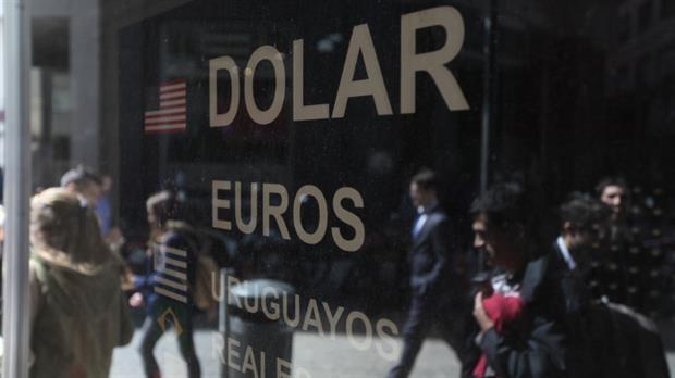 El dólar cerró la semana en $15,81 en la city porteña, el menor valor del año