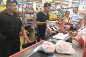 La crisis despierta solidaridad: policías pagaron la cuenta de una abuela que no tenía dinero