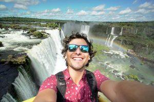 Alan, uno de los blogueros más famosos, maravillado con las Cataratas del Iguazú