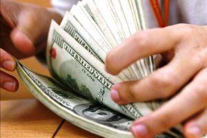 Nueva baja consecutiva del dólar, que se vende por debajo de los 38