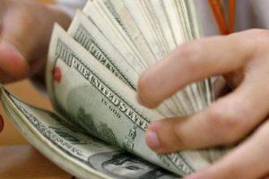 A la espera del salvataje del Fondo, el dólar sigue trepando: superó los 24 pesos