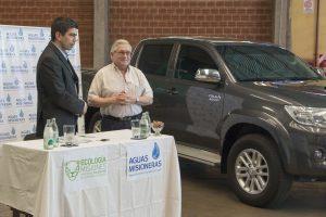 Aguas Misioneras entregó un vehículo al Ministerio de Ecología como adelanto de utilidades