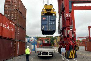 La balanza comercial volvió a arrojar superávit por desplome de las importaciones