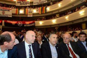 Radicales cantaron MMLPQTP contra Cornejo en pleno acto