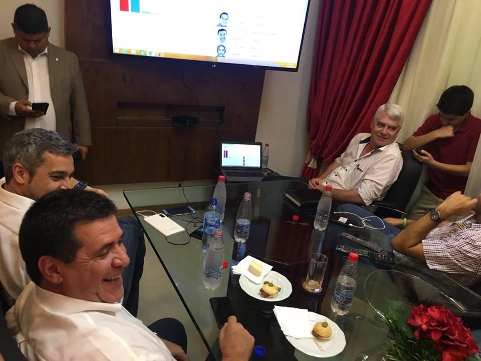 Mario Abdo Benítez y Horacio Cartes, a pura sonrisa, durante el escrutinio de los votos del TSJE.