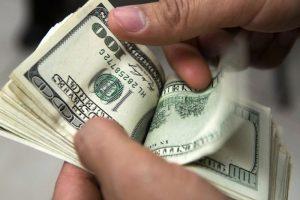 El dólar toca los 60 pesos en casas de cambio