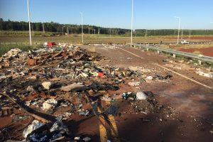 El municipio multó a una empresa de muebles por tirar basura en la rotonda de la Ruta 105