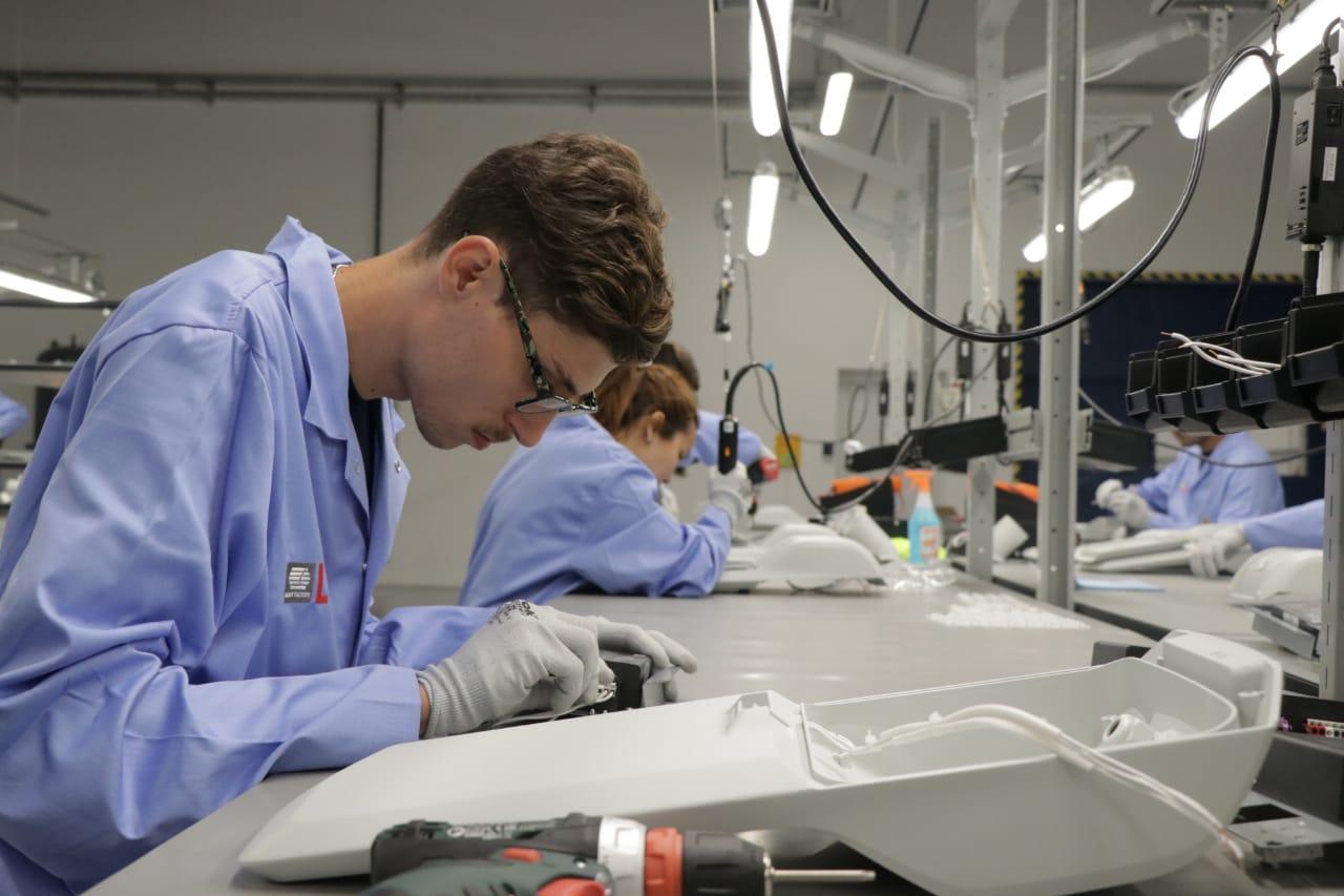 Los operarios de LUG revisan las partes antes de ensamblar las luminarias. La planta ya está produciendo en modo prueba y estos días comienza a funcionar a full.