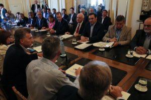 Macri acordó con los gobernadores créditos de apoyo a los productores de las provincias inundadas