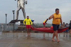 Guardavidas municipales auxiliaron a un kayak que quedó atrapado en la tormenta