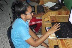 Yudeisy,  en una escuela primaria pública en Santo Domingo, es parte de un programa piloto para reforzar las matemáticas utilizando una plataforma que se adapta al nivel de cada estudiante. © Banco Mundial