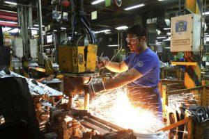 La industria mostró en junio una caída mensual del 0.5% en la medición desestacionalizada