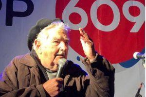 """Pepe Mujica recomendó: """"Si les vienen a comprar el voto, cúrrenlos y después voten a cualquiera menos a esos"""""""