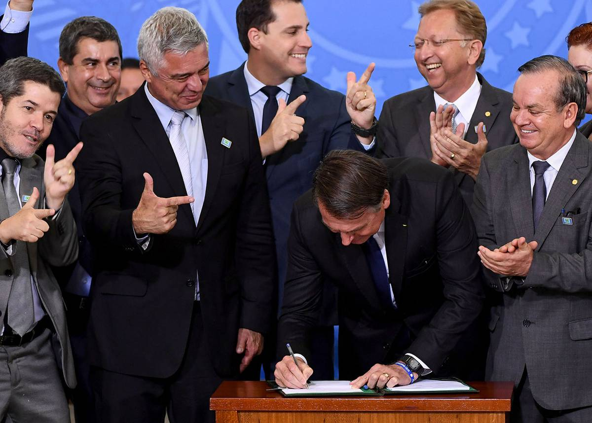 Bolsonaro firmó un decreto que permite el uso de armas a políticos, periodistas, camioneros y residentes en áreas rurales