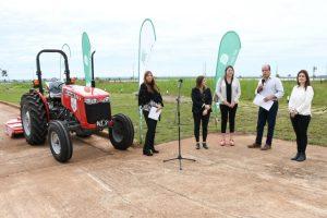 La EBY entregó un tractor a la Municipalidad de Posadas para cuidar el Jardín Botánico