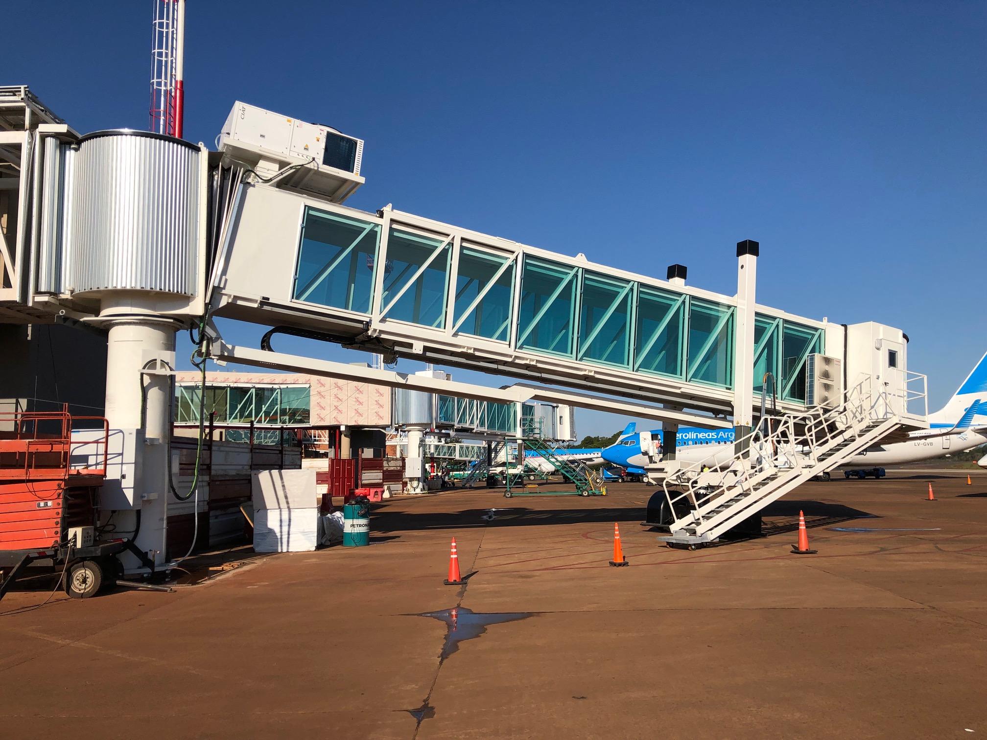 Iguazú empieza a operar con la primera nueva manga de embarque