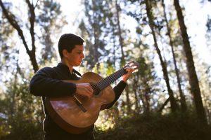 Empieza el llanto de la guitarra y no es posible no escucharla