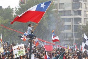 Chile, de nuevo en las calles: tras 11 días de estallido social, miles se manifiestan frente a la presidencia