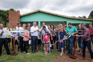 """Passalacqua destacó el ejemplo de trabajo de las familias rurales al entregar viviendas en el paraje """"El Progreso"""" de Colonia Aurora"""