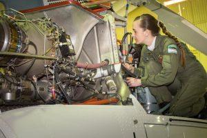 Una obereña es la primera mujer Mecánica en Aviación de la Gendarmería Nacional