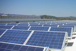 """ENDESA POTENCIA L'ENERGIA RENOVABLE A L'ANOIA I INSTAL.LARÀ UNA PLANTA SOLAR FOTOVOLTAICA A LA TORRE DE CLARAMUNT      •La nova planta es col.locarà sobre una coberta plana de dues naus industrials, ocuparà 2.300 m2 i tindrà una potència de 232,2 kWp.    •Els 1.245 mòduls subministraran 274.888 kWh/any, fet que evitarà l'emissió de 150 tones de CO2 a l'atmosfera.    •Des del 2004, la Companyia ha comercialitzat a Catalunya projectes solars fotovoltaics i tèrmics amb una potència instal.lada de 2,4 MW.     La Torre de Claramunt, 25 de febrer de 2008 (2014).- ENDESA instal•larà una planta solar fotovoltaica de 232,2 kWp a la Torre de Claramunt, a l'Anoia, per tal de continuar potenciant i promocionant les energies renovables a Catalunya.    La nova planta s'instal•larà sobre la coberta plana de dues naus industrials de l'empresa M. Codina, S.A., fabricant de teles metàl•liques, filtres metàl•lics i bandes transportadores, i les plaques solars estaran disposades amb una inclinació de 300, ocupant una superfície de 2.300 m2. La instal•lació consta de 1.245 mòduls, que subministraran 274.888 kWh/any, fet que evitarà l'emissió de 150 tones de CO2 a l'atmosfera.     El projecte ha comprès, per part de la Companyia, la realització dels informes tècnics i econòmics de viabilitat, el subministrament i instal•lació de les plaques fotovoltaiques i el seguiment de la gestió per obtenir les oportunes autoritzacions de connexió a la xarxa i administratives. Així, per a la comoditat del client a qui se li instal•larà la planta, el servei integral s'ofereix """"clau en mà"""".    Aquest parc se suma als ja existents de característiques similars que hi ha a Catalunya. Des de 2004, Endesa ha comercialitzat projectes de plantes solars fotovoltaiques i tèrmiques amb una potència instal•lada de 2,4 MW a tot el Principat."""