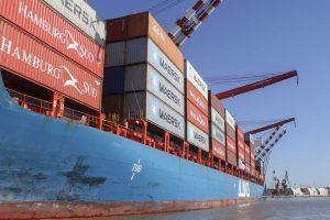 Las exportaciones continúan cayendo y las importaciones recortan su contracción