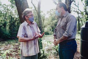 El Gobernador entregó insumos y fertilizantes agroecológicos a pequeños productores de Gobernador Roca