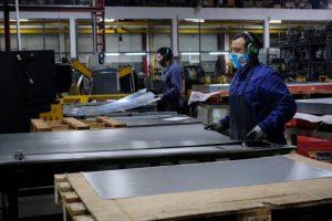La industria cayó 26,4% interanual en mayo pero mejoró 9% frente a abril