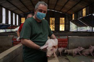 """Passalacqua visitó el criadero de cerdos de Jorge Brignole y destacó """"la posibilidad de los misioneros de comer cosas hechas por los misioneros"""""""