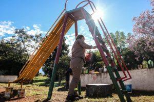 En cuarentena reparan juegos de las plazas de barrios Los Kiris y San Lucas