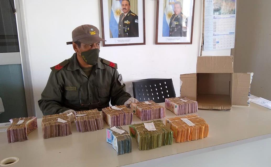 Viajaba con más de 2.000.000 de pesos y cheques sin el aval legal