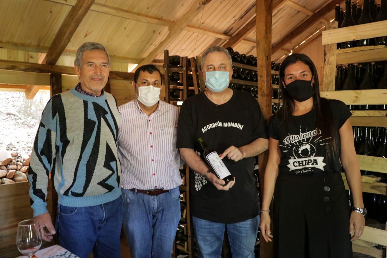 """Santa Ana: Passalacqua visitó al único productor de vinos de Misiones y lo felicitó por """"soñar en grande"""""""
