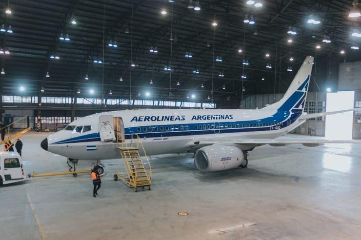 """Aerolíneas Argentinas presentó su avión con look """"ochentoso"""""""