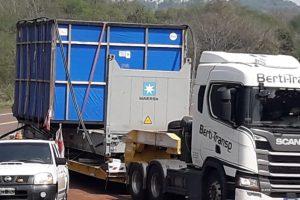 Contra viento, marea y Covid, apareció en Cerro Azul uno de esos camiones extra-large que traen progreso y sueños