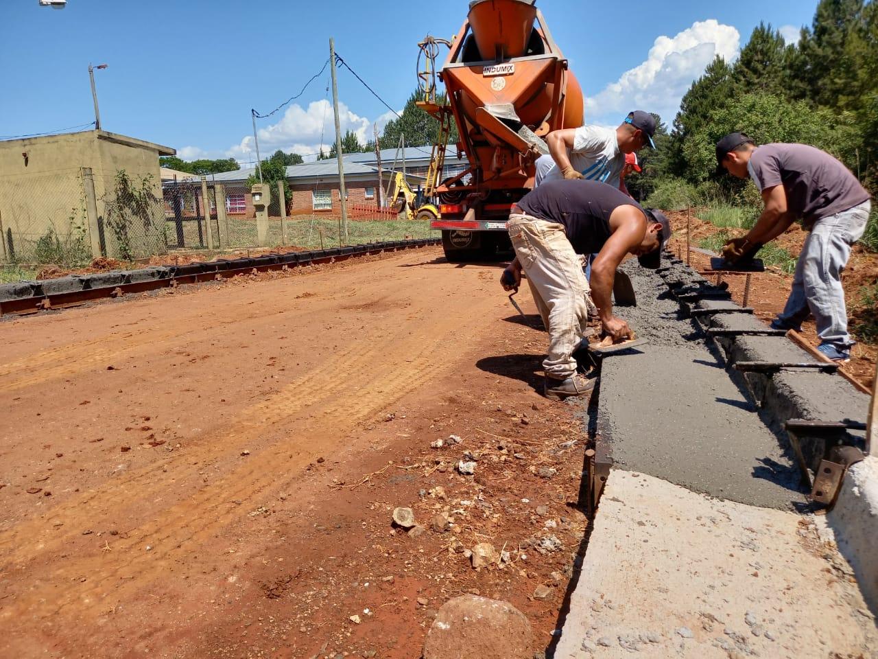 San Ignacio: Vialidad y el municipio construyen cordón cuneta y empedrado