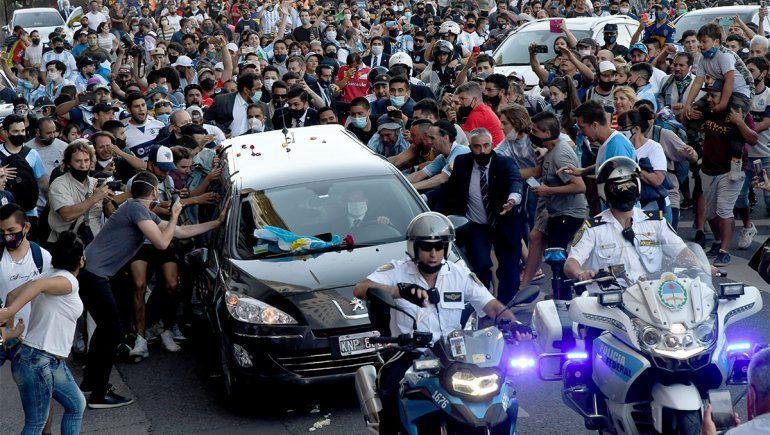 Conmovedor y desbordado adiós a Maradona durante el masivo velatorio antes de su traslado al cementerio de Bella Vista