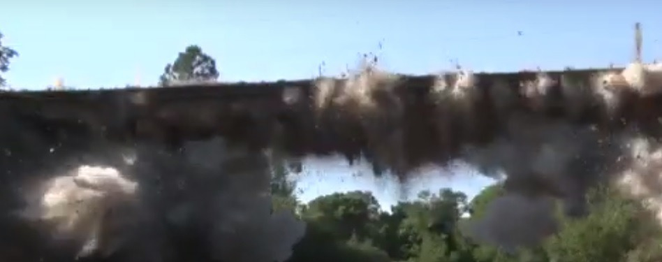 El momento exacto en el que Vialidad demuele un viejo puente sobre el Cuña Pirú