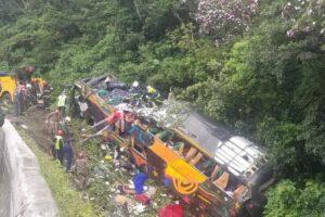 Al menos 21 personas murieron y 33 resultaron heridas tras el vuelco de un colectivo