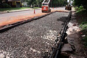 Trabajan en obras de saneamiento y de dársena sobre avenida la Centenario