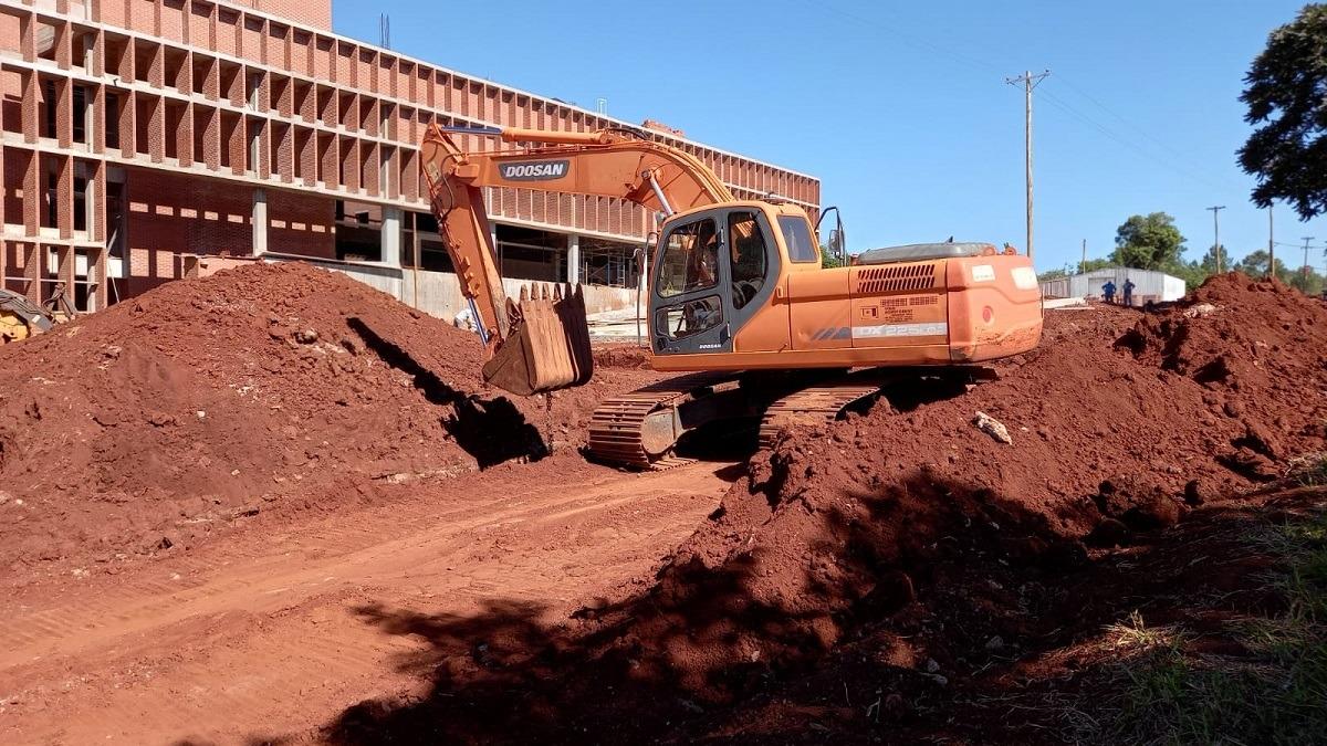Jardín América: Vialidad ejecuta obras de saneamiento y cordón cuneta en el acceso al nuevo hospital