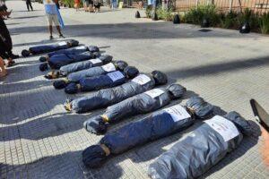 """El Presidente dijo que """"la forma"""" de manifestarse """"no puede ser exhibir"""" bolsas mortuorias"""
