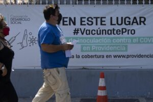 Paradoja chilena: muchos vacunados contra la COVID-19, muchos casos