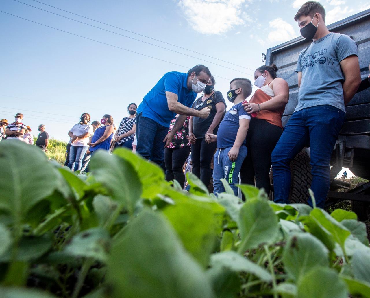 En Pozo Azul el Gobernador entregó insumos a productores y a cooperativa local